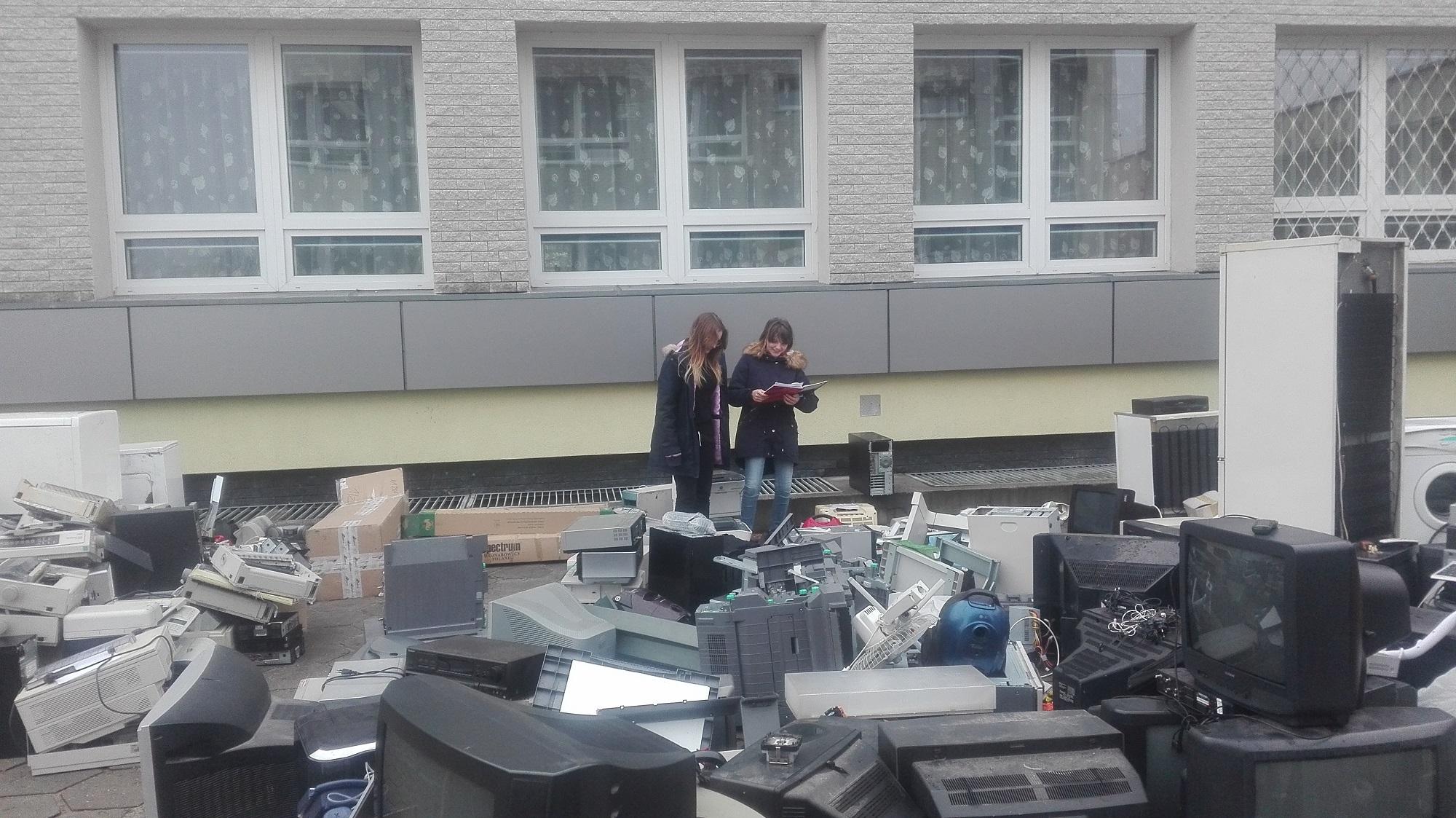 zdjęcie ilustrujące zbiórkę elektrośmieci